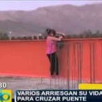 pobladores arriesgan su vida al cruzar peligroso puente en estado de precariedad -Caneteenlinea.com